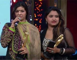 nooran sisters holding award for success in bollywood