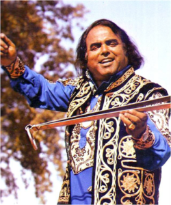 Alam Lohar holding a basic chimta